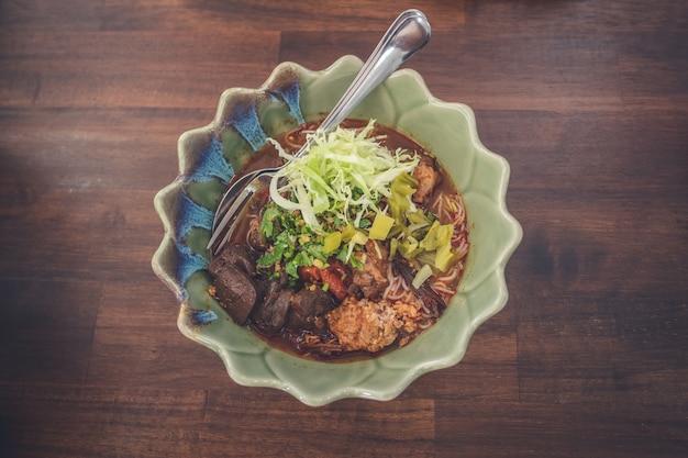 カオソイ、タイ北部カレー麺スープ