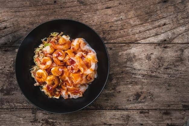 中国の蒸し麺巻き、木製のテーブルの上のタイ料理