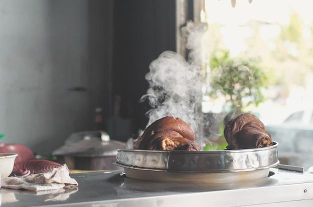 米と麺、豚肉の煮込み豚足