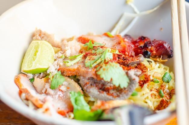Острая тайская лапша с травами, лапша томьям, тайская еда, таиланд