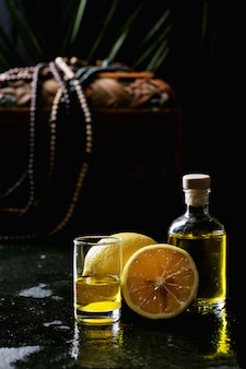 Лимончелло в стеклянной бутылке