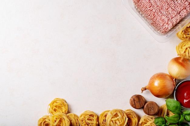 Ингредиенты для приготовления спагетти болоньезе