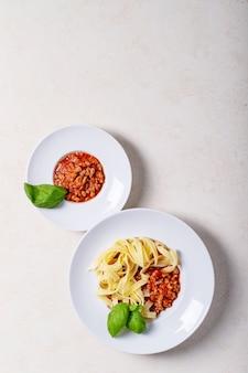 Приготовленные спагетти болоньезе