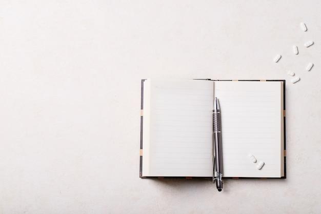 Рабочее место с блокнотом и ручкой