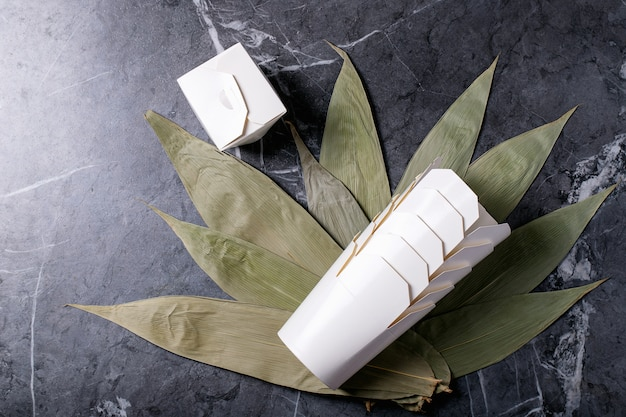Бамбуковые листья над темной