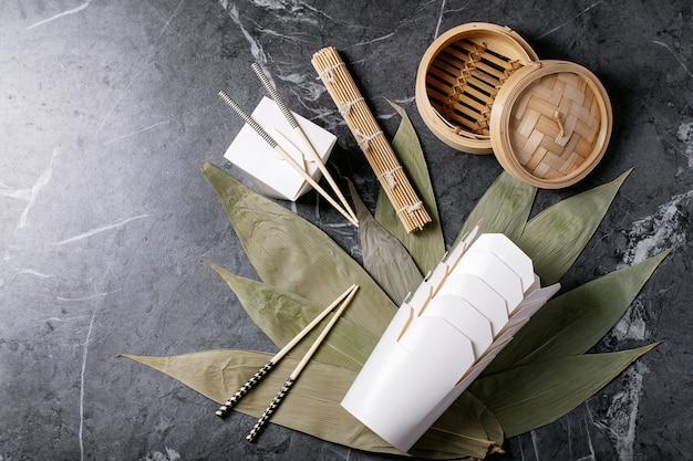 Листья бамбука с традиционными китайскими коробками на вынос