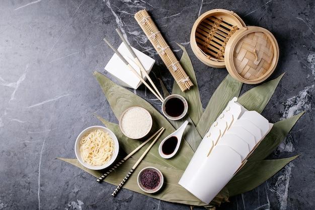 Лапша и рис на листьях бамбука