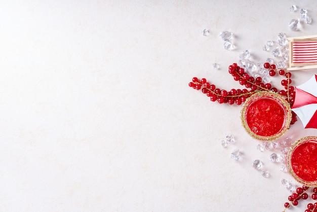 夏の赤スグリとクランベリーのカクテル