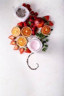 ガラス瓶の中のイチゴのスムージー