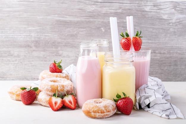 Сахарные пончики с молочными коктейлями