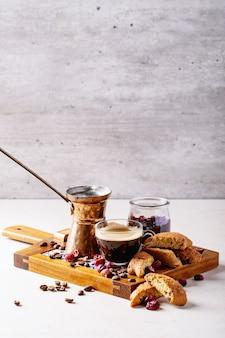 クランベリーカントゥッチとエスプレッソのコーヒー