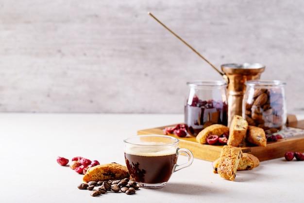 カントゥッチクッキーとコーヒー