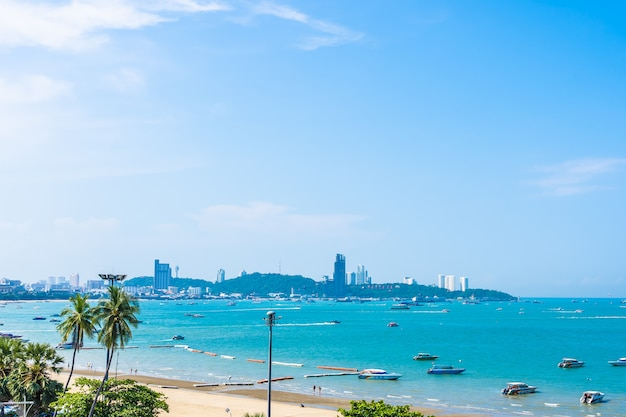 Красивый пейзаж с морем и городом