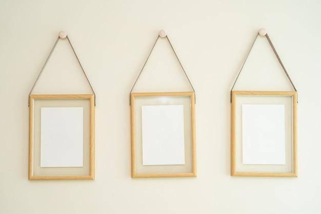 Пустые рамки для фотографий на стене