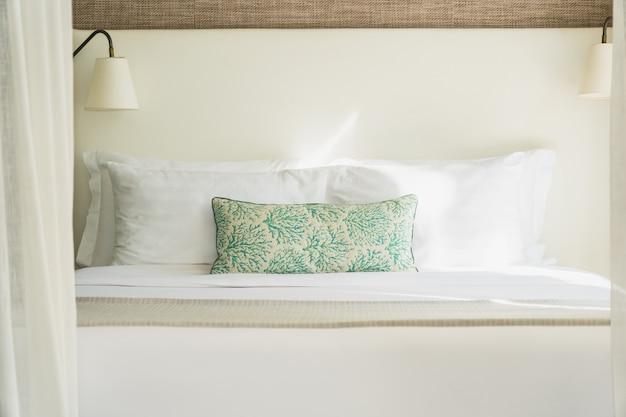 Белая удобная подушка на кровать, украшение интерьера