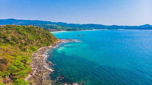 海と浜を望む航空写真