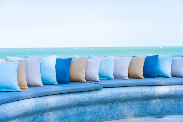 海のオーシャンビーチビューの屋外パティオの周りの椅子またはソファラウンジの枕