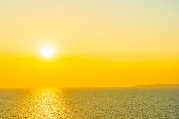 Красивый закат или восход солнца вокруг моря океанский залив с облаком на небе