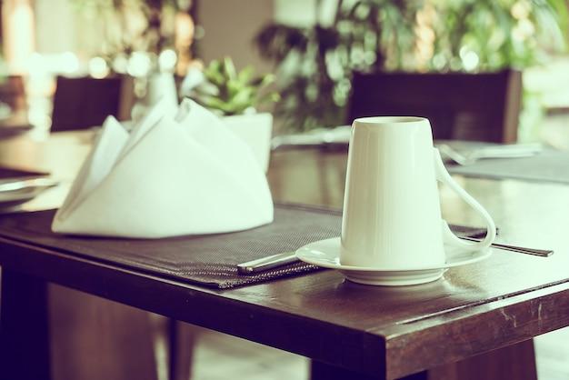 レストランのテーブルでコーヒーカップ
