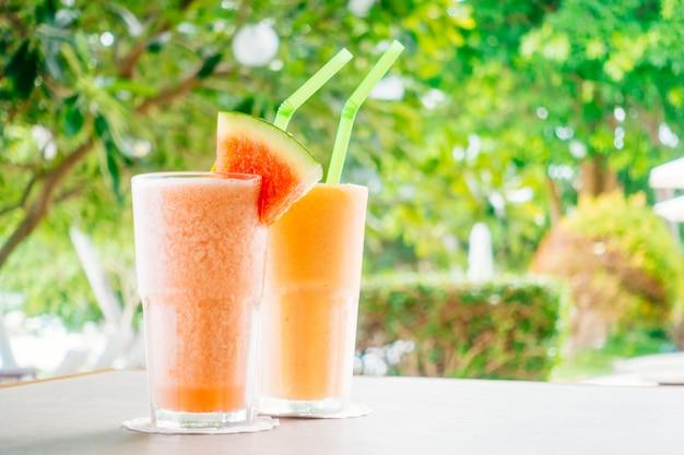 ガラスの水のフルーツとパパイヤジュースのスムージー