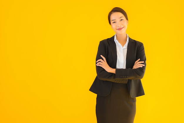 Улыбка молодой женщины красивого дела портрета азиатская счастливая