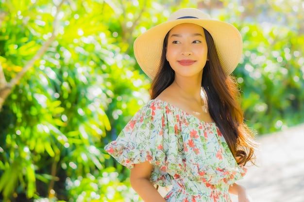 公園で歩いている美しい若いアジア女性