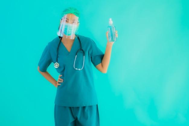 アルコールゲルを持つ若いアジア医師女性