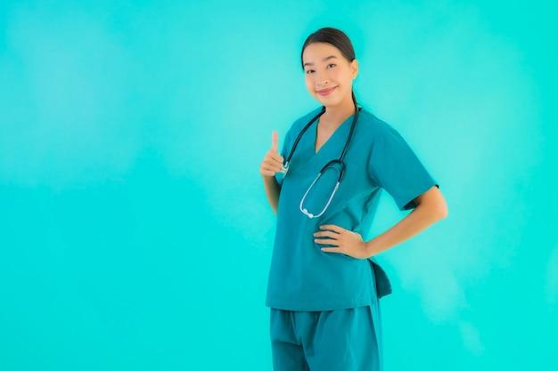 Молодая азиатская доктор женщина улыбается