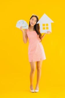 肖像画の美しい若いアジア女性は家や家の看板を表示