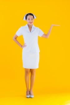 Портрет красивая молодая азиатская тайская медсестра
