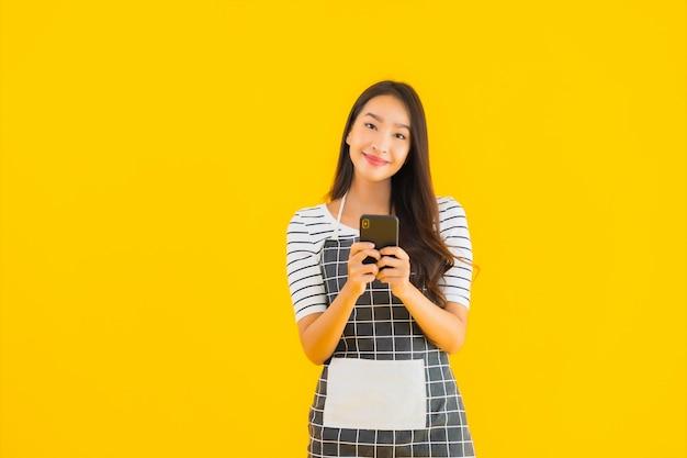 Мобильный телефон пользы женщины портрета красивый молодой азиатский умный