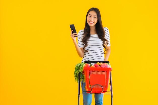 Молодая азиатская женщина, покупки продуктов из супермаркета