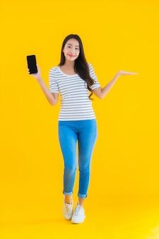 Молодая азиатская женщина улыбка счастливое использование умный мобильный телефон