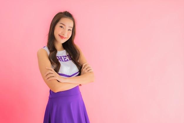 肖像画の美しい若いアジア女性チアリーダー笑顔幸せ