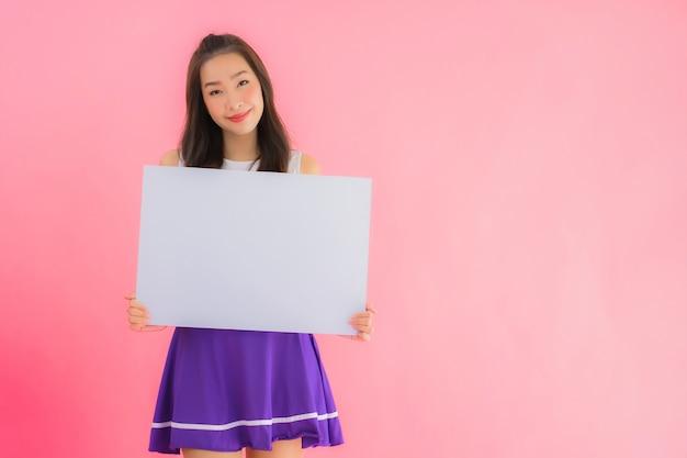 肖像画の美しい若いアジア女性チアリーダー笑顔ショー空のホワイトボード
