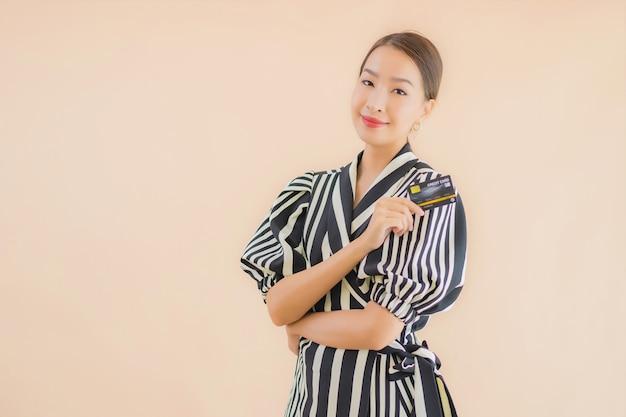 Женщина портрета красивая молодая азиатская с умным мобильным телефоном