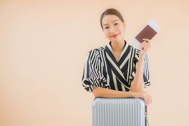 Женщина портрета красивая молодая азиатская с пасспортом сумки багажа