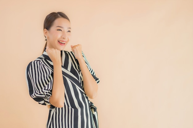 美しい若いアジア女性の肖像画笑顔幸せ