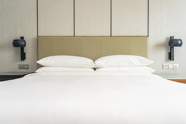 寝室の白い快適な枕装飾インテリア