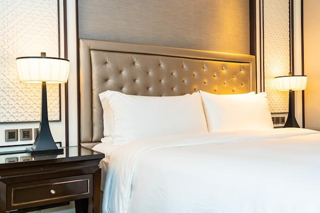 Подушка на кровать, украшение интерьера спальни