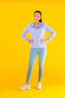 肖像画黄色の運動の準備ができて美しい若いアジアスポーツ女性