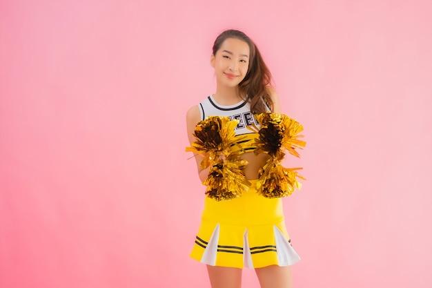 Портрет красивый молодой азиатский чирлидер женщины