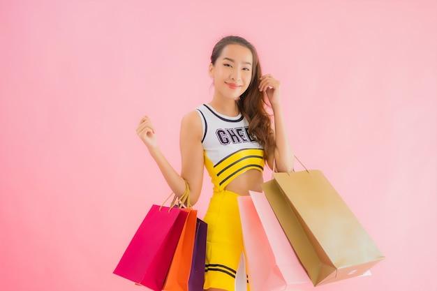 ショッピングバッグと美しい若いアジア女性の肖像画