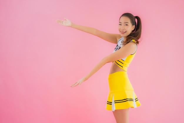 肖像画の美しい若いアジア女性のチアリーダー