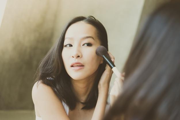 若いアジアの女性があなたを補う