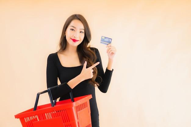 Портрет красивая молодая азиатская женщина с продуктовой корзиной