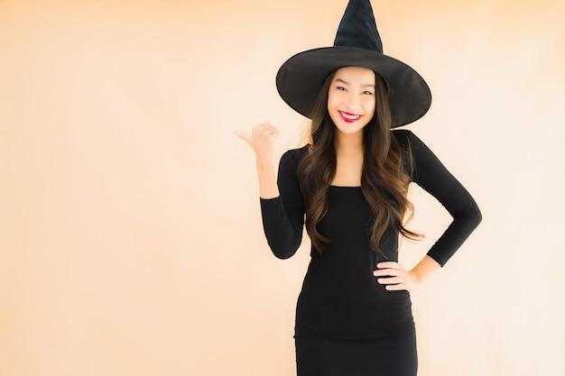 肖像画の美しい若いアジア女性はハロウィーンの衣装を着る