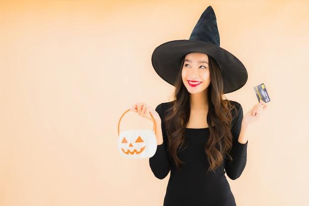 Костюм хеллоуина носки женщины портрета красивый молодой азиатский