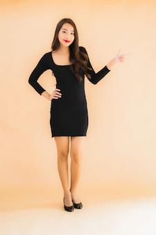Улыбка красивой молодой азиатской женщины портрета счастливая в действии