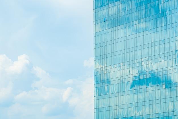 Красивый внешний вид здания со стеклянным рисунком окна